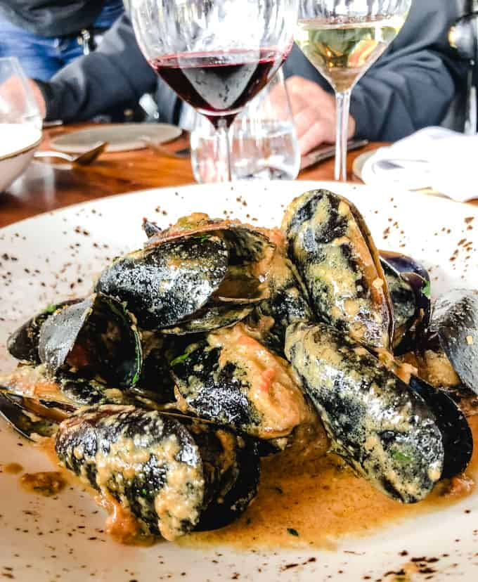 Curried mussels with a glass of red and white wine