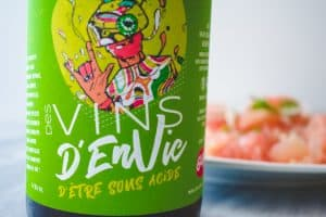 green jacquere wine label with pomelo salad in the background